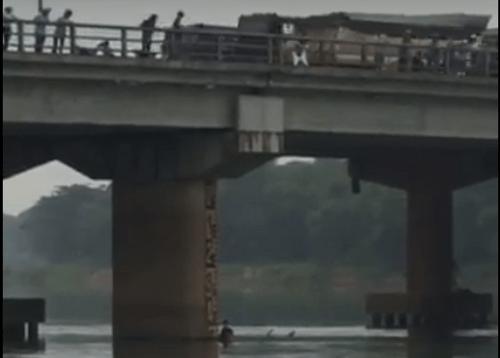 Nam thanh niên lao mình xuống sông cứu cô gái nhảy cầu tự tử - Ảnh 1