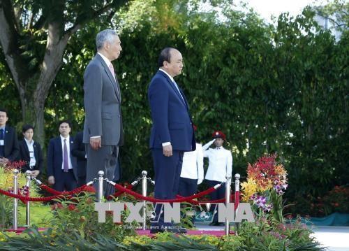 Lễ đón chính thức Thủ tướng Nguyễn Xuân Phúc thăm Singapore - Ảnh 1