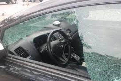 Va chạm giao thông, dùng súng hơi đuổi theo bắn vỡ kính ô tô - Ảnh 1