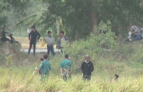 Gần trăm người vây bắt nghi can cướp xe trốn trong bãi lau sậy ở Sài Gòn - Ảnh 1