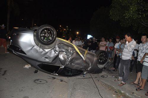 Ô tô tông hàng loạt xe máy trong đêm, 5 người bị thương - Ảnh 1