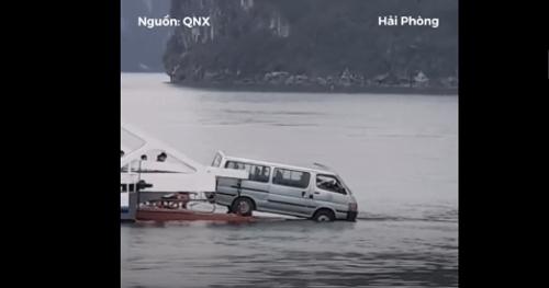 Quảng Ninh: Ô tô 16 chỗ suýt rơi xuống biển khi phà rời bến - Ảnh 1