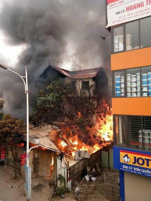 Hà Nội: Cháy lớn kèm tiếng nổ cạnh chân cầu Vĩnh Tuy, 1 cụ bà tử vong - Ảnh 2