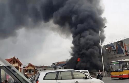 Hiện trường vụ cháy dữ dội kèm tiếng nổ cạnh chân cầu Vĩnh Tuy - Ảnh 1