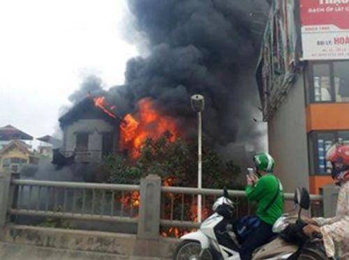 Hiện trường vụ cháy dữ dội kèm tiếng nổ cạnh chân cầu Vĩnh Tuy - Ảnh 2