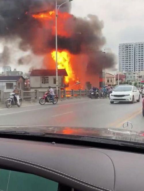 Hiện trường vụ cháy dữ dội kèm tiếng nổ cạnh chân cầu Vĩnh Tuy - Ảnh 3