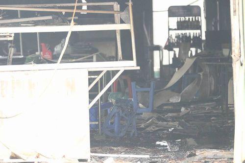 Hiện trường vụ cháy dữ dội kèm tiếng nổ cạnh chân cầu Vĩnh Tuy - Ảnh 6