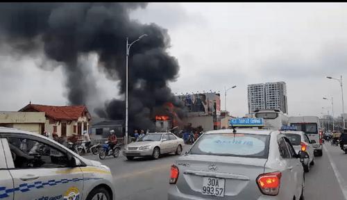Hiện trường vụ cháy dữ dội kèm tiếng nổ cạnh chân cầu Vĩnh Tuy - Ảnh 8