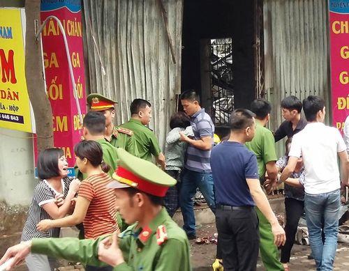 Hiện trường vụ cháy dữ dội kèm tiếng nổ cạnh chân cầu Vĩnh Tuy - Ảnh 9