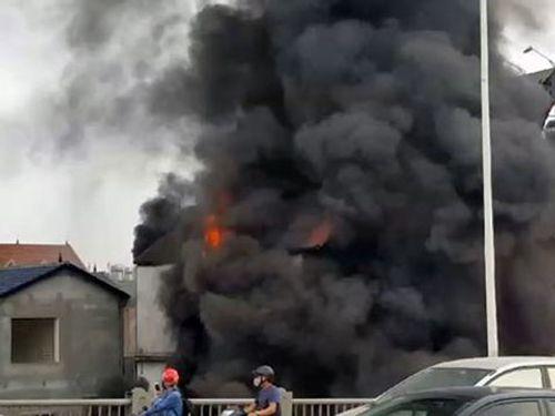 Hà Nội: Cháy lớn kèm tiếng nổ cạnh chân cầu Vĩnh Tuy, 1 cụ bà tử vong - Ảnh 1