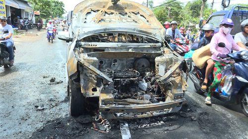 Cha ôm con 8 tuổi thoát khỏi ôtô trước khi xe bốc cháy dữ dội - Ảnh 1
