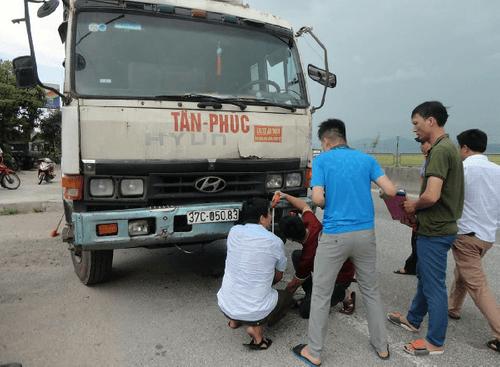 Phơi lúa trên quốc lộ 1A, người phụ nữ bị xe tải tông tử vong - Ảnh 1