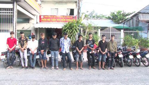 Bị chặn bắt, nhóm đua xe trái phép tháo chạy vào nhà dân  - Ảnh 1