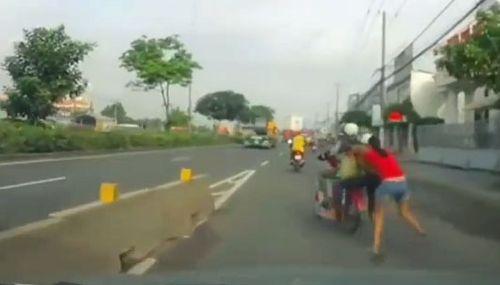 Camera ghi hình 2 tên trộm cướp kéo lê cô gái hàng trăm mét trên đường - Ảnh 1