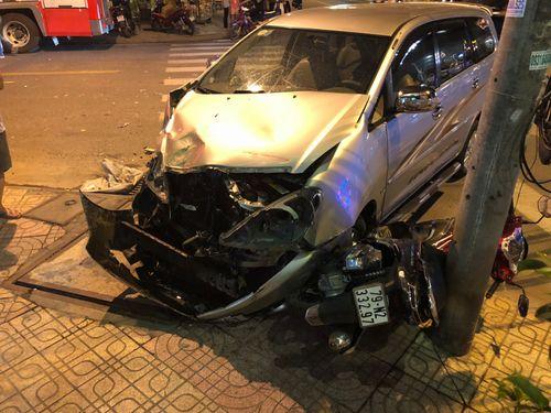Tông vào xe cứu hỏa, ôtô gây tai nạn liên hoàn khiến 2 mẹ con bị thương - Ảnh 1