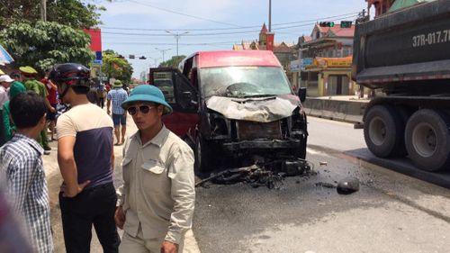 Ôtô khách va chạm xe máy rồi bốc cháy, 2 vợ chồng tử vong thương tâm - Ảnh 1