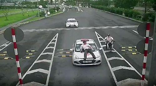 Bắt khẩn cấp tài xế taxi hất nhân viên An ninh hàng không Nội Bài lên nắp capo - Ảnh 1
