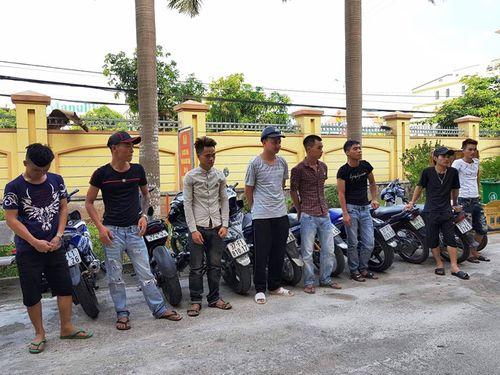 Nhóm thanh niên lạng lách, đánh võng trên QL 1A bị phạt gần 40 triệu đồng - Ảnh 1