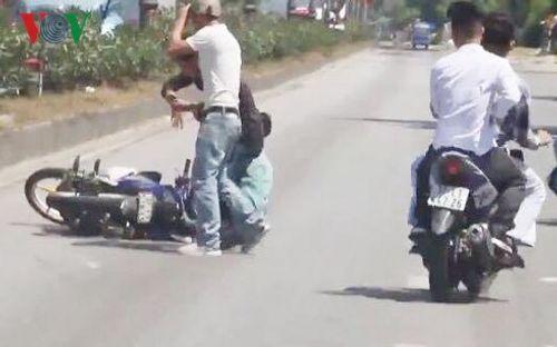 Nhóm thanh niên lạng lách, đánh võng trên QL 1A bị phạt gần 40 triệu đồng - Ảnh 2
