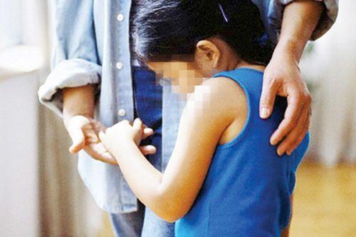 Tạm giữ hình sự nghi can nhiều lần cưỡng bức bé gái 10 tuổi - Ảnh 1