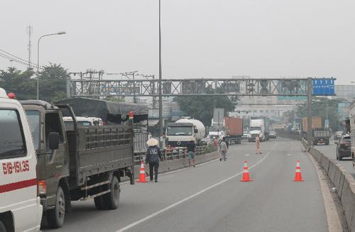 Đồng Nai: Tai nạn trên cầu vượt Amata, bé gái 4 tuổi tử vong dưới bánh xe ben - Ảnh 1