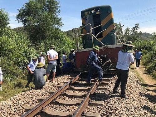 Tàu hỏa tông văng xe tải 15 mét, đường sắt Bắc - Nam bị tê liệt - Ảnh 1