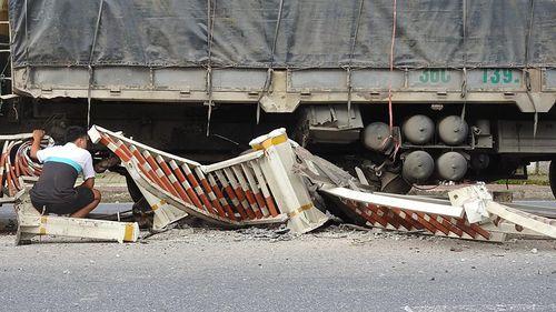 Ô tô tông bay hàng chục mét dải phân cách sau tiếng nổ lớn - Ảnh 1