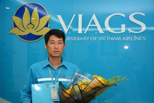Nhặt được túi xách chứa hơn 1 tỷ đồng, nhân viên hàng không trả lại khách - Ảnh 1