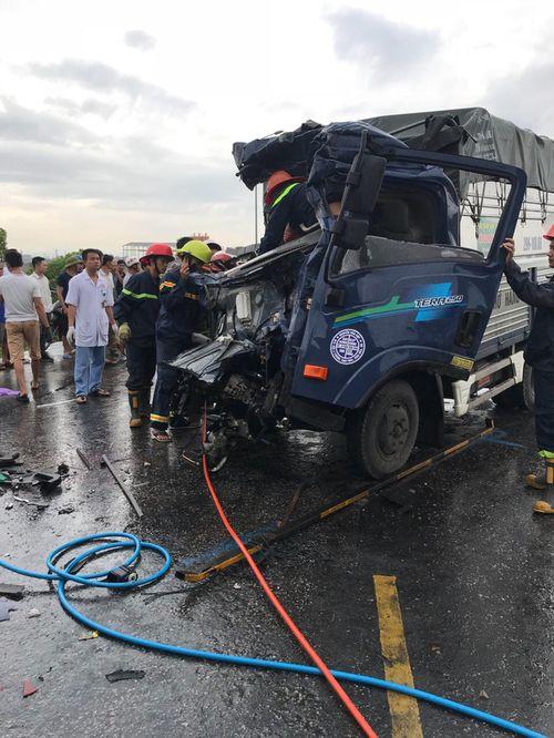 Tin tai nạn giao thông mới nhất ngày 12/7/2018: 3 xe đâm nhau nát đầu, 3 người thương vong - Ảnh 1