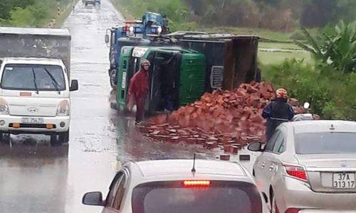 Tin tai nạn giao thông mới nhất ngày 14/7/2018: Xe lao vào dải phân cách, chánh văn phòng huyện ủy tử vong - Ảnh 2