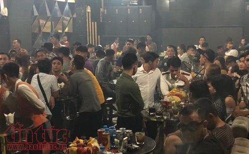 """Đột kích bar Đông Kinh, hàng trăm """"dân chơi"""" nháo nhào thoát thân - Ảnh 1"""