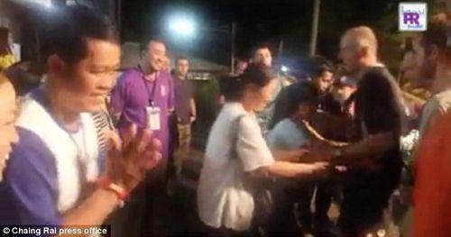 Khoảnh khắc xúc động cha mẹ các cầu thủ nhí Thái Lan ôm chầm những thợ lặn Anh - Ảnh 1