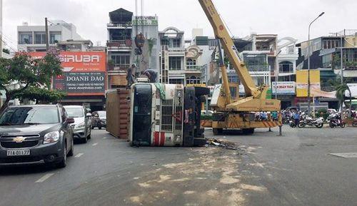 Lật xe container, giao thông cửa ngõ Tân Sơn Nhất hỗn loạn - Ảnh 1