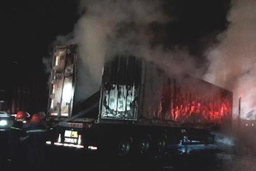 Tin tai nạn giao thông mới nhất ngày 15/7/2018: Xe container cháy dữ dội trên quốc lộ - Ảnh 1