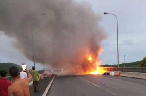 Tin tai nạn giao thông mới nhất ngày 19/7/2018: Xe giường nằm chở 40 hành khách cháy rụi khi đang chạy - Ảnh 1