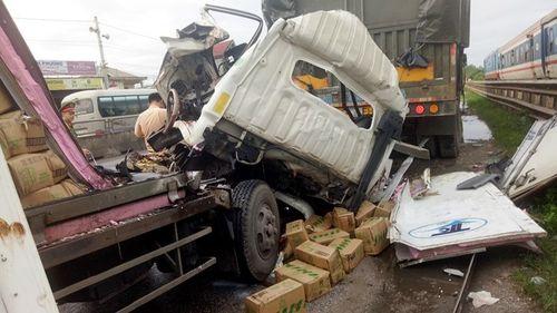 Tin tai nạn giao thông mới nhất ngày 21/7/2018: Dân cạy cửa cabin đưa thi thể phụ xe ra ngoài sau tai nạn - Ảnh 1