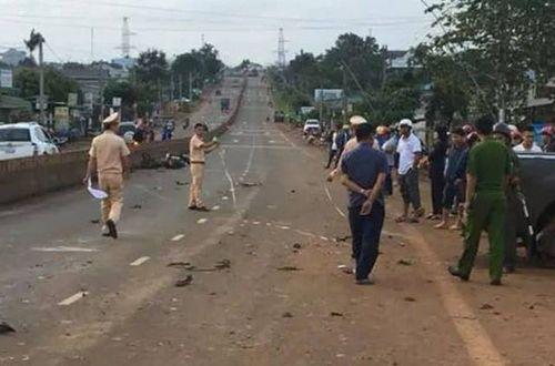 Tin tai nạn giao thông mới nhất ngày 22/7/2018: Ôtô tông 3 xe máy, 2 người tử vong - Ảnh 1