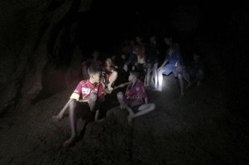Những hình ảnh cảm động của đội bóng Thái Lan sống sót thần kỳ sau 9 ngày mắc kẹt - Ảnh 1