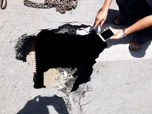 Xe buýt bất ngờ sụt xuống hố sâu 3 mét trên đường phố Hà Nội - Ảnh 1