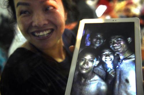 Những hình ảnh cảm động của đội bóng Thái Lan sống sót thần kỳ sau 9 ngày mắc kẹt - Ảnh 4