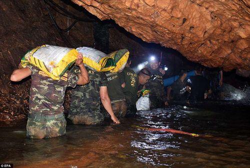 Những hình ảnh cảm động của đội bóng Thái Lan sống sót thần kỳ sau 9 ngày mắc kẹt - Ảnh 6