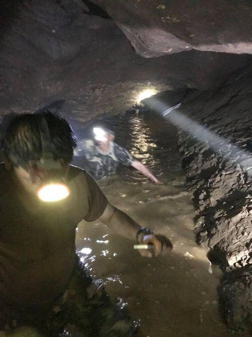 Đội bóng Thái Lan sống sót kỳ diệu sau 10 ngày mắc kẹt trong hang bằng cách nào? - Ảnh 1