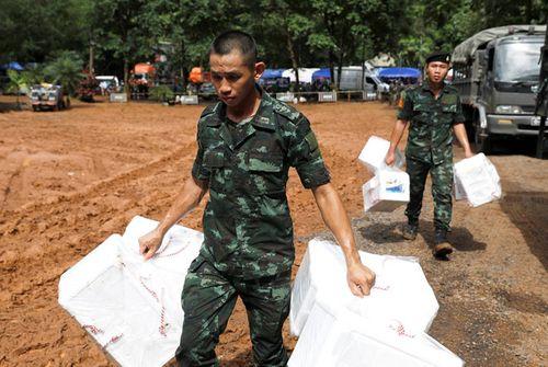 Đội bóng Thái Lan sống sót kỳ diệu sau 10 ngày mắc kẹt trong hang bằng cách nào? - Ảnh 2