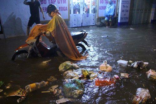 """Người Hà Nội dầm mưa, bì bõm rẽ """"biển nước"""" ngập rác để về nhà - Ảnh 1"""
