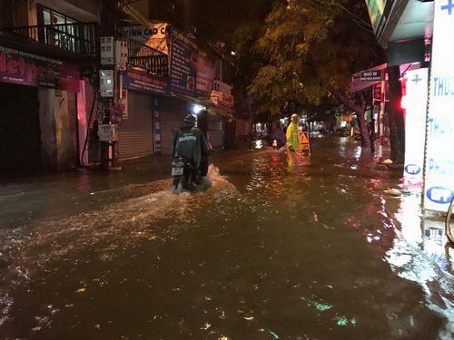 """Người Hà Nội dầm mưa, bì bõm rẽ """"biển nước"""" ngập rác để về nhà - Ảnh 3"""