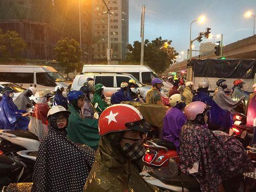 """Người Hà Nội dầm mưa, bì bõm rẽ """"biển nước"""" ngập rác để về nhà - Ảnh 4"""