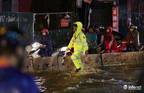 """Người Hà Nội dầm mưa, bì bõm rẽ """"biển nước"""" ngập rác để về nhà - Ảnh 5"""