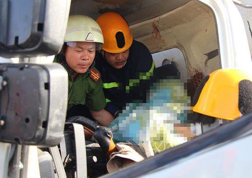 Tin tai nạn giao thông mới nhất ngày 7/7/2018: Cắt cabin, đưa thi thể tài xế bị kẹt cứng sau tai nạn ra ngoài - Ảnh 1