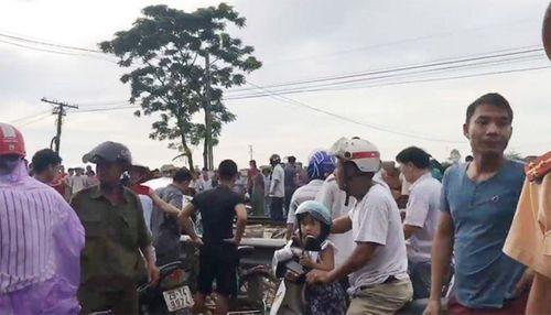 Tin tai nạn giao thông mới nhất ngày 2/8/2018: Tàu hoả đâm nát ô tô chở 4 người băng qua đường - Ảnh 1