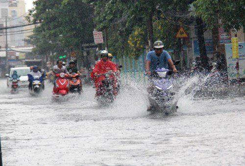 Áp thấp nhiệt đới giật cấp 9 trên Biển Đông, có khả năng mạnh thêm - Ảnh 1